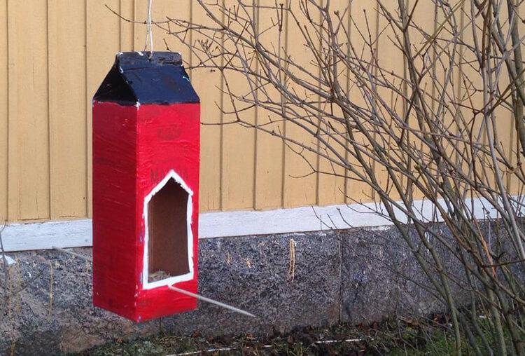Bygg en fågelholk med frön i featured image