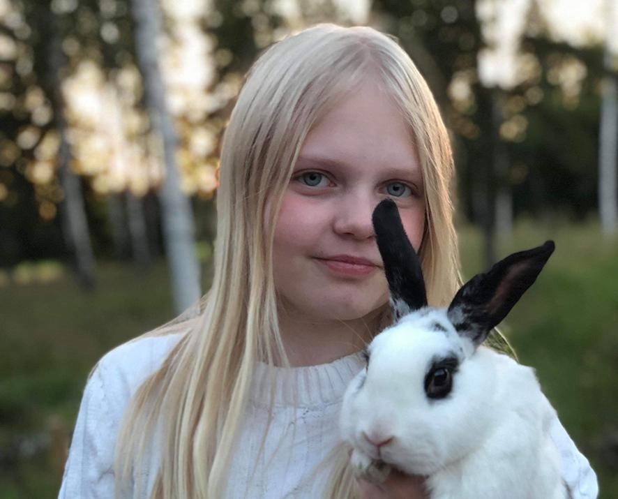 Malin med kanin i famnen
