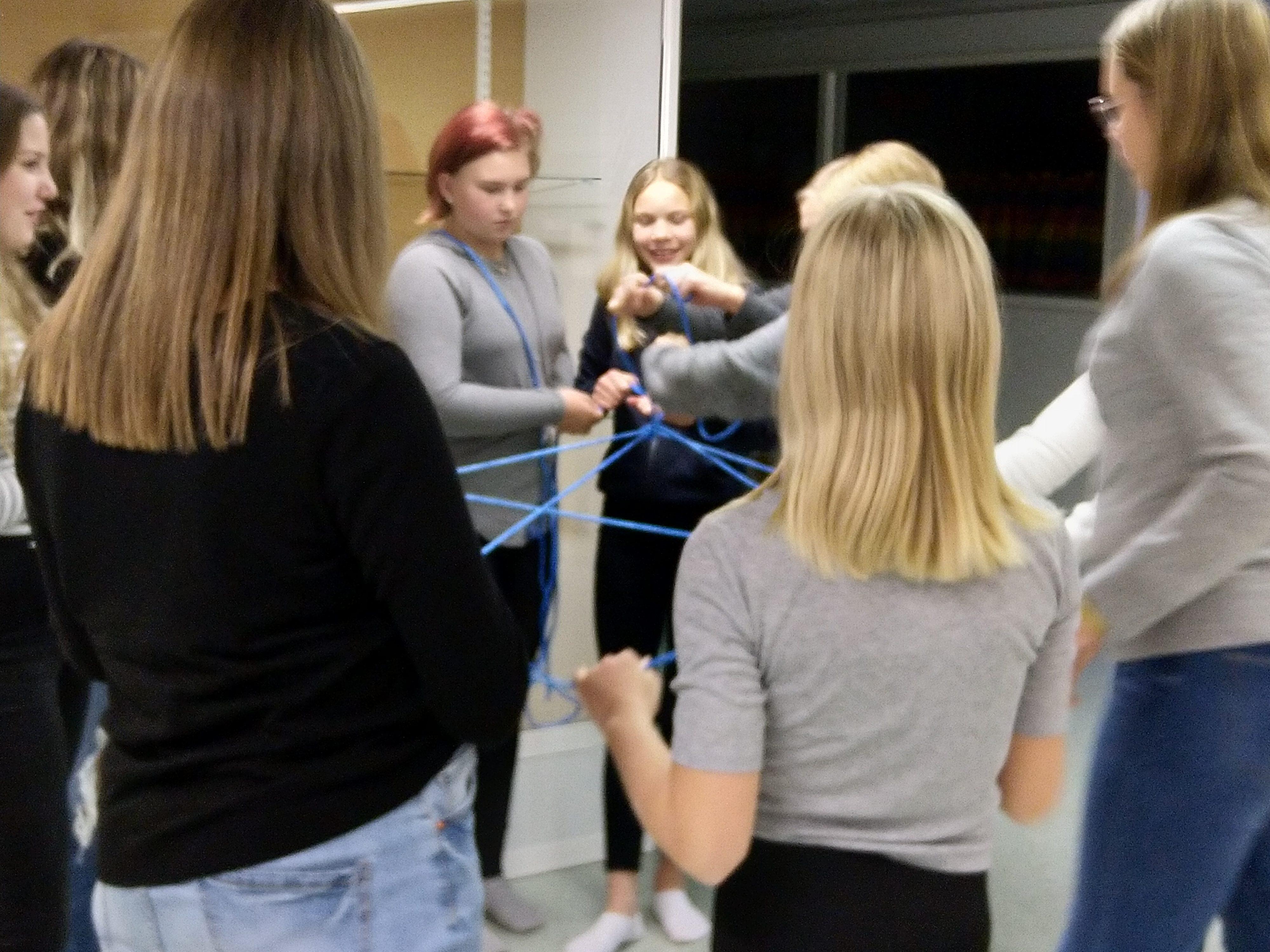 Flickor gör en samarbetsövning