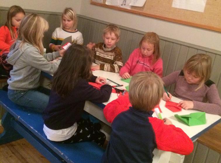 Barn som pysslar presentkort