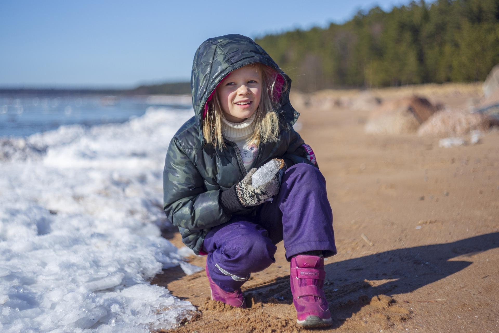 Flicka vid stranden på vintern