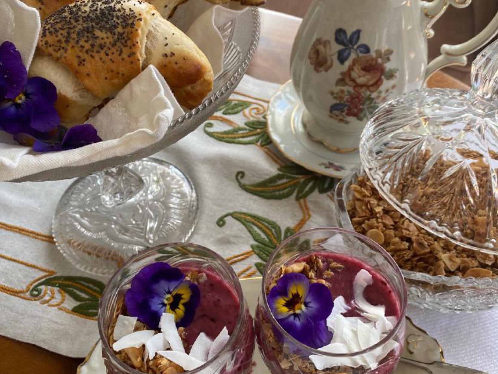Vallmogifflar, granola och smoothie på ett bord