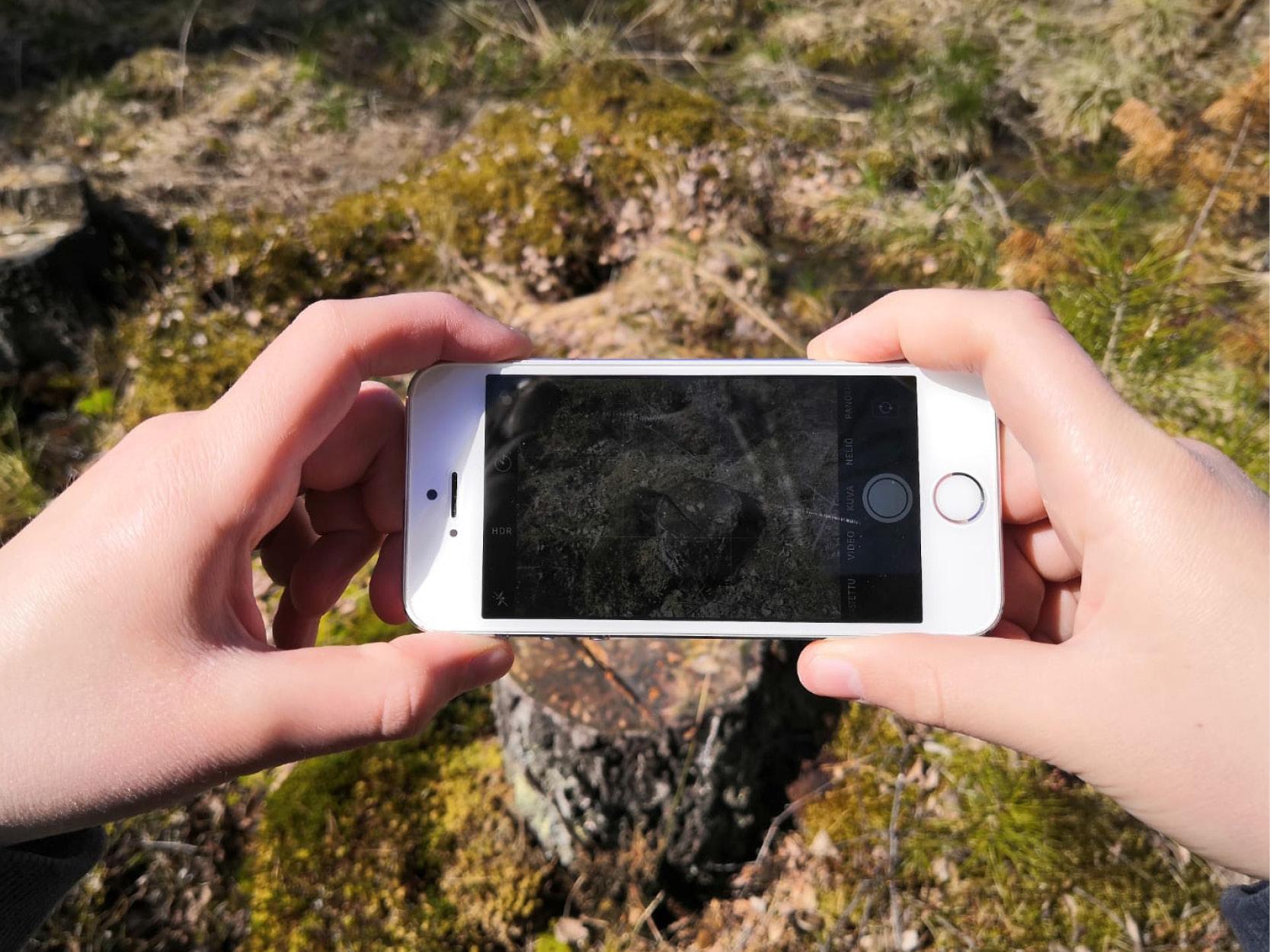 Fotografering i skogen med mobiltelefon