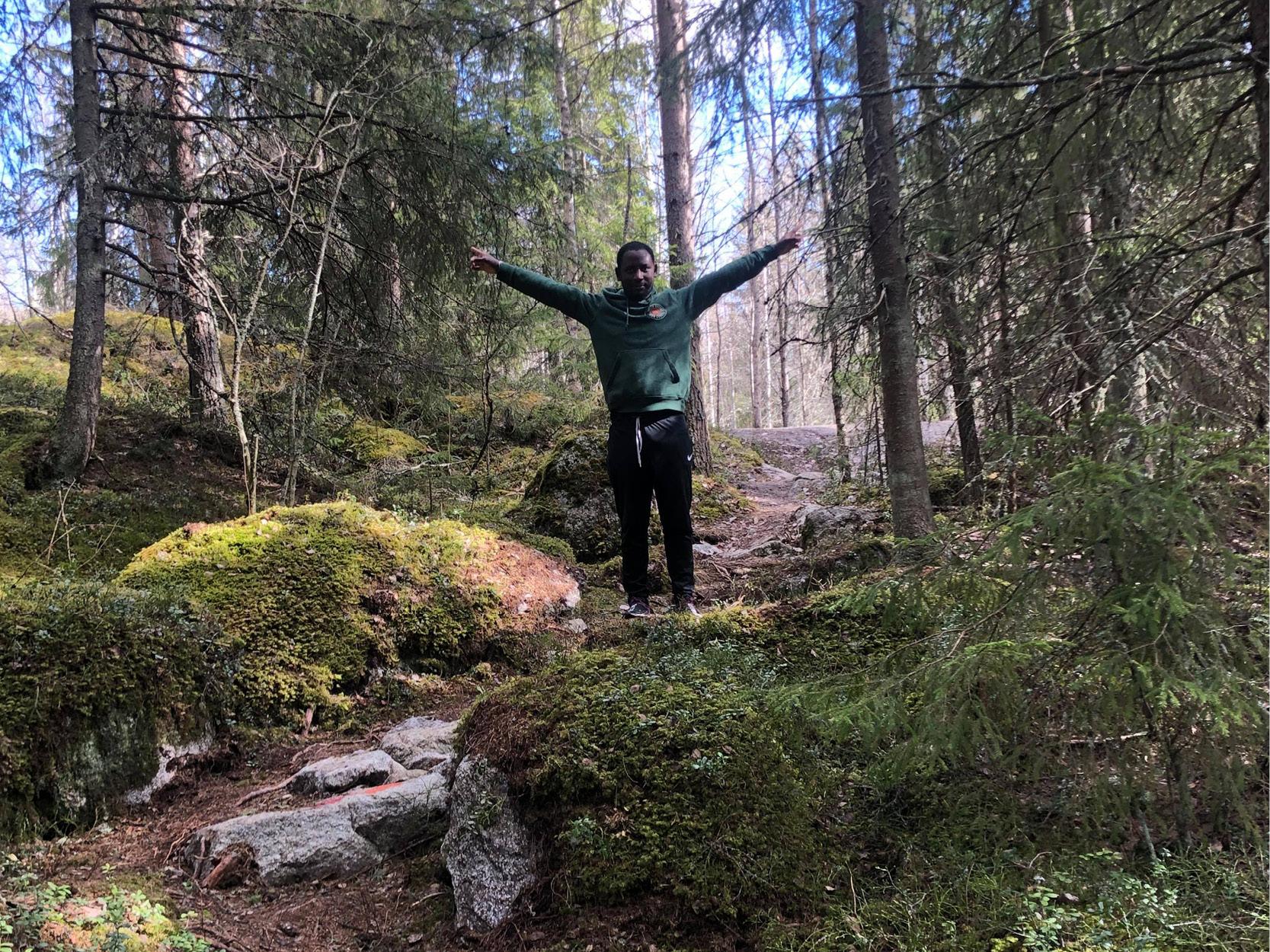 Kille står i skogen