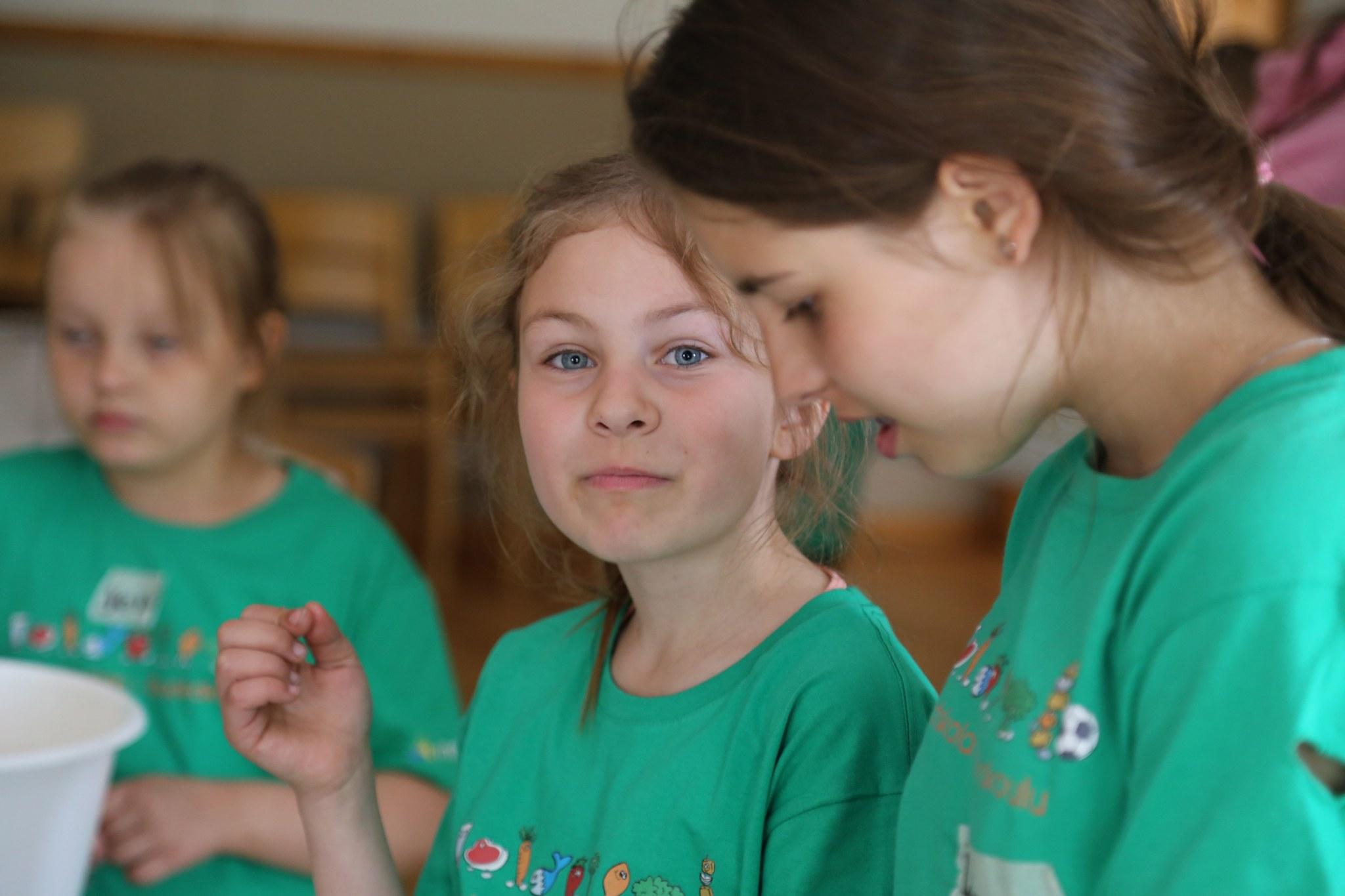 Flickor med gröns matskolet-shirts