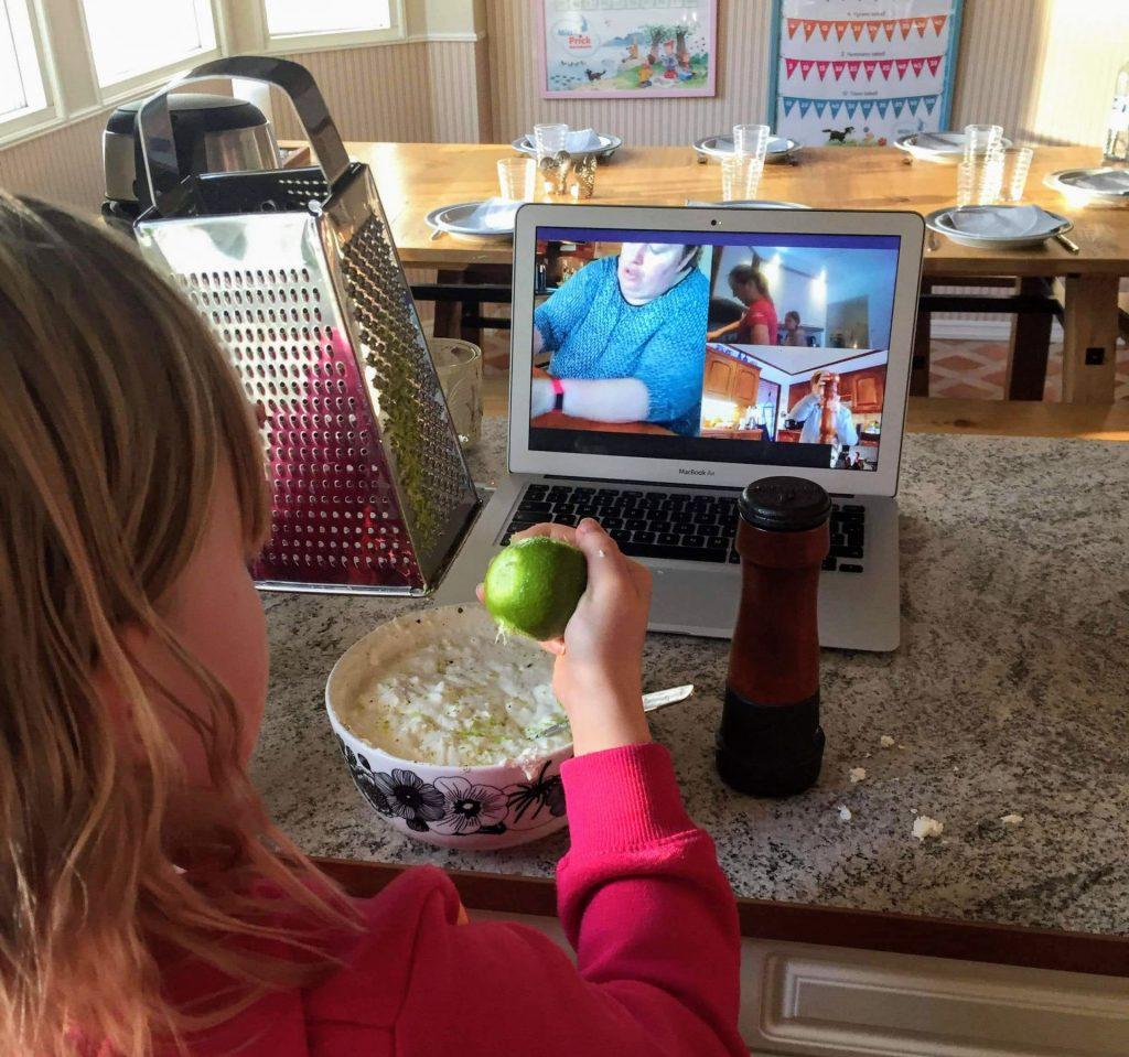 Barn som lagar mat.